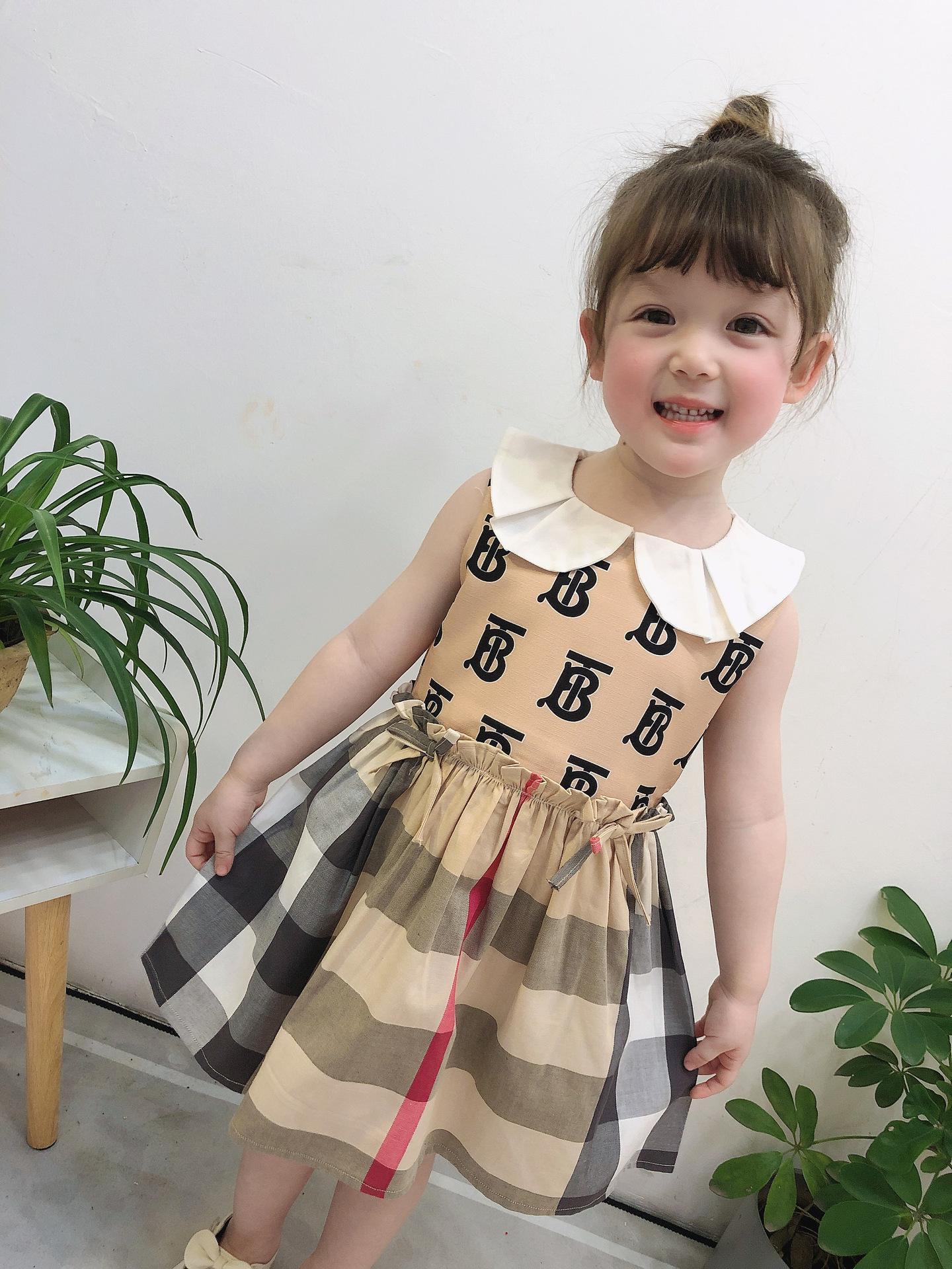 Девушки клетчатые платья дизайнер 2020 лето новые девушки кукла лацкан письмо сращивание плед плиссированные платья дети Луки рябить платье принцессы A2012