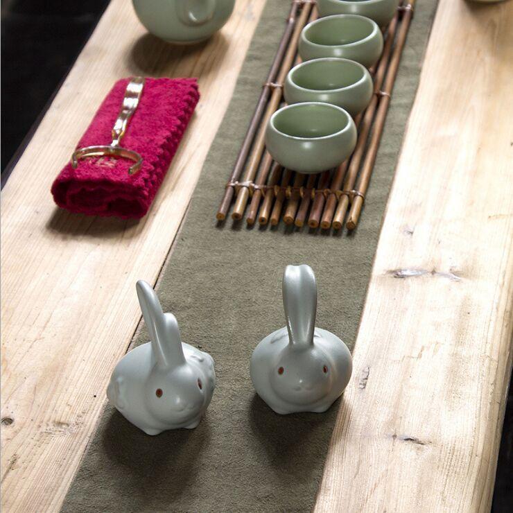Une paire de lapin en céramique chinoise vous four animal de thé de lapin afficher une taille de jeu de thé caractéristique: 8 * 8 cm SQ201704050