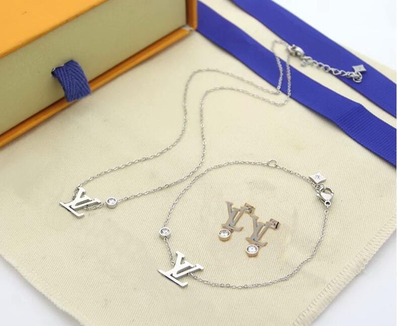 Conjuntos de Jóias Europa América Moda Lady Mulheres Titanium Aço letra V com um único diamante 18K ouro Colares Pulseiras Brincos conjuntos de caixa