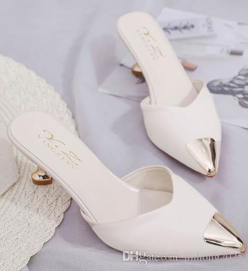 La nueva versión coreana de verano de las sandalias y zapatillas de punta salvaje, perezosa, sin tacón, usa media zapatillas baotou una palabra de arrastre
