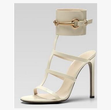 Hot-vente Ursula Sandales en cuir verni rouge Mors cheville sangle sandales à talon grande boucle robe d'été Chaussures Grande Taille