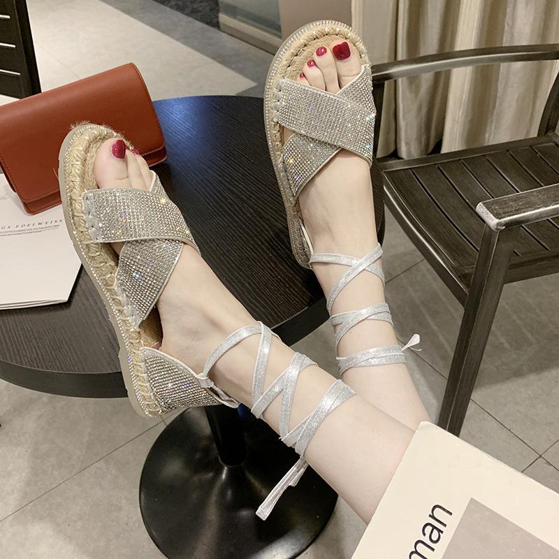 nouveau forage d'eau des femmes linge croix de paille anneau de fond transparent avec des sandales romaines