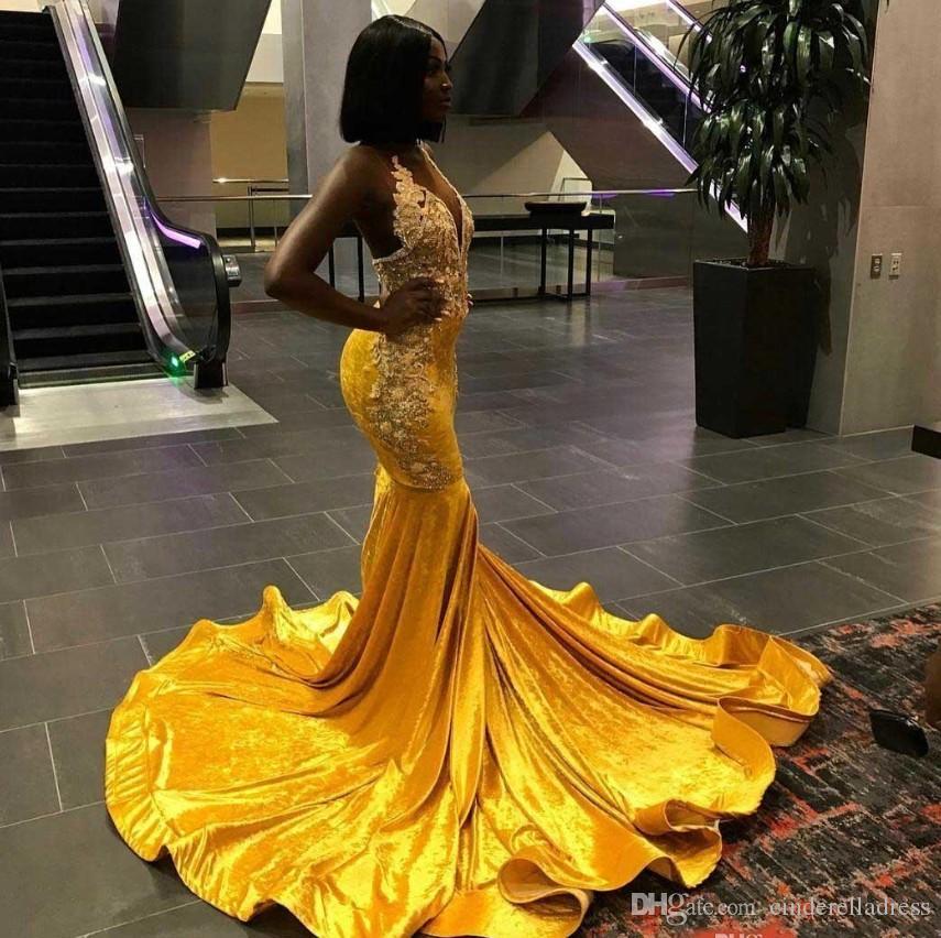 2020 Elegante giallo Velvet sirena lunga Prom Dresses Per Black Girl Halter Lace Appliques gli abiti di sera Backless sweep di usura del treno Prom