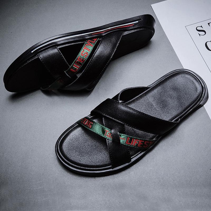 2020 Sandales d'été Hommes souples Chaussures en cuir Mode Noir Blanc Chaussures Hommes Plage Chaussons Appartement de vacances d'été KA2323
