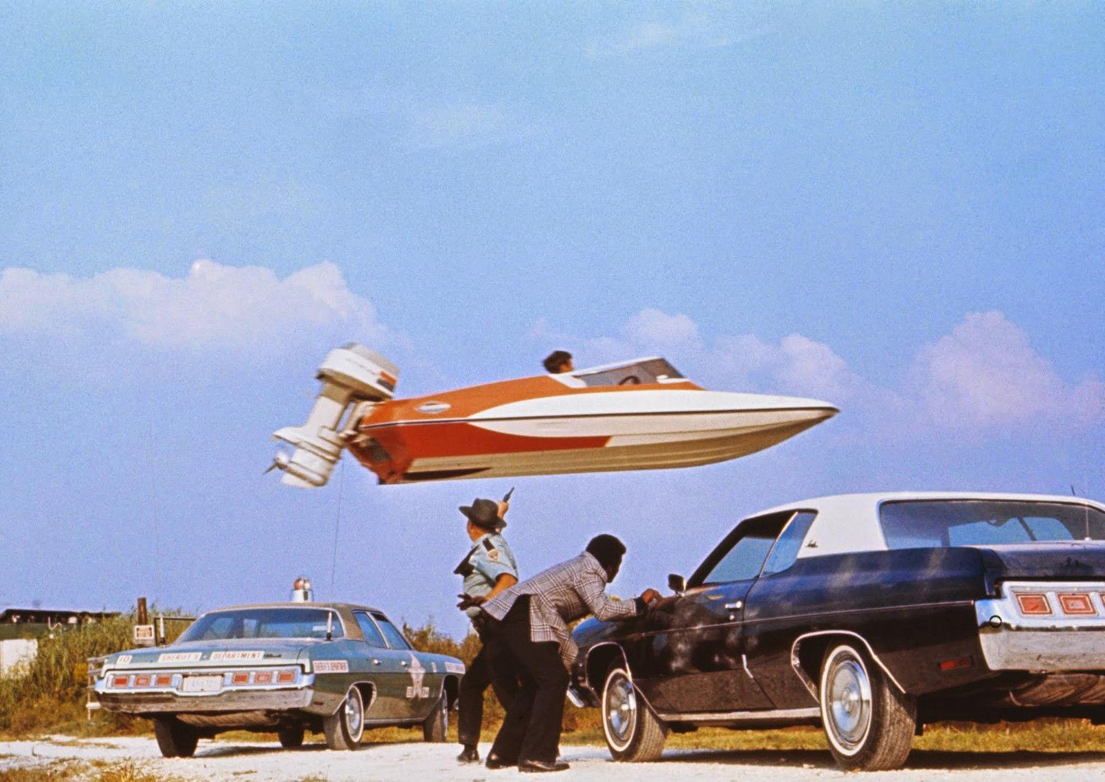 Stuntman, der ein Schnellboot über Autos Art Silk Print Poster 24x36 Zoll (60x90 cm) 015 springt