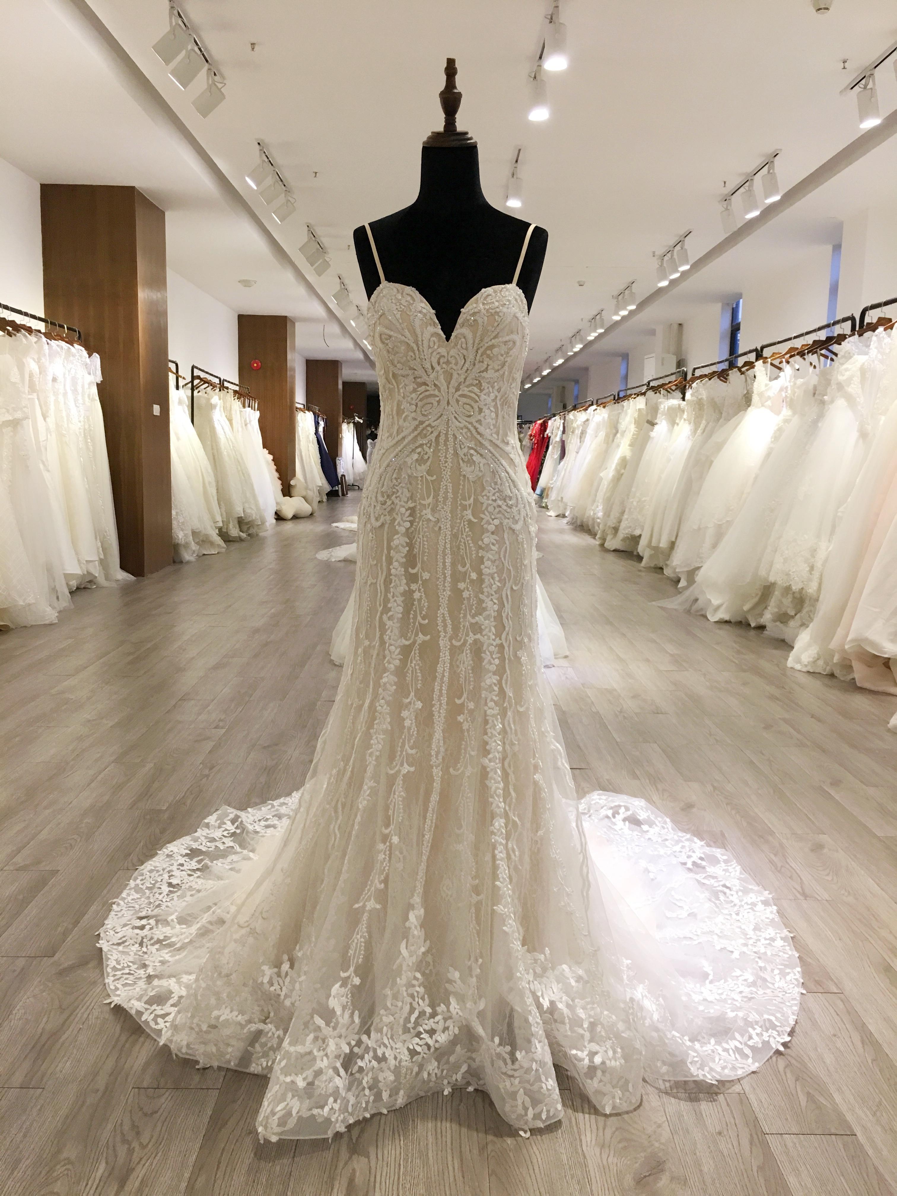 Sexy correa de espagueti de los vestidos de novia de tul vestido de bola 2020 Nueva Corte encargo de tren apliques de encaje sin espalda Vestidos de novia Vestido de Novia