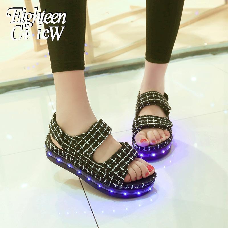 Neue wiederaufladbare LED-Licht Sandalen Sommer-Mädchen-Strand-Sandelholz-Mädchen-weiche untere Schuhe der Dame-Fashion glühender Turnschuhe