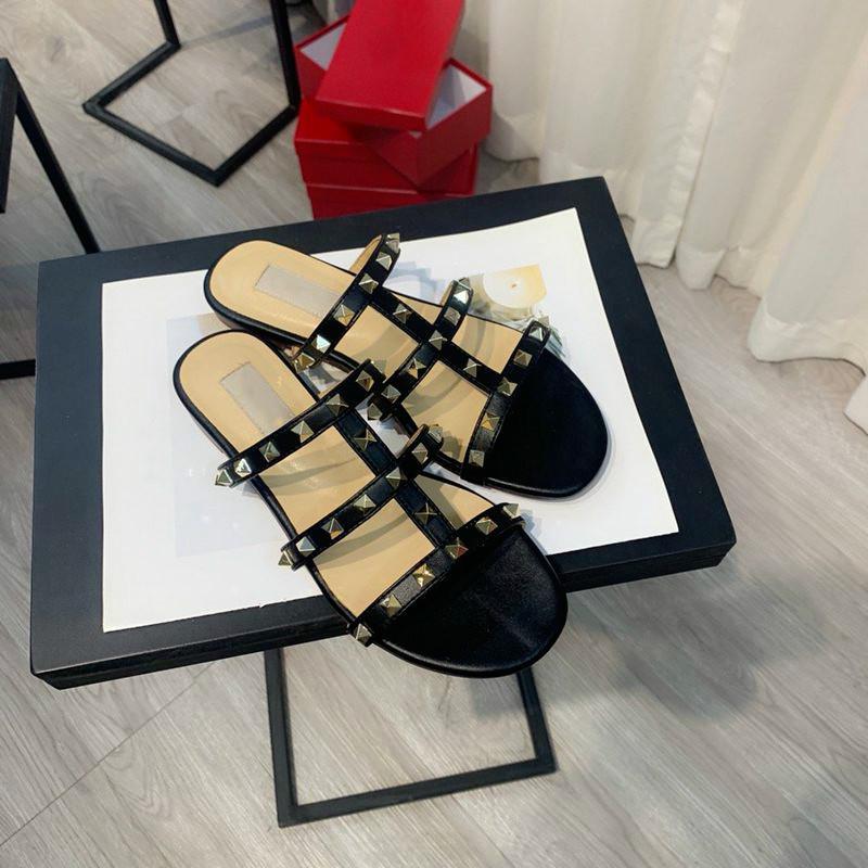 las mujeres calientes de la venta de la sandalia de 2020 nuevos pernos prisioneros zapatillas planas Sandalias de moda playa verano diapositivas de alta calidad sandales de cuero con los remaches femmes