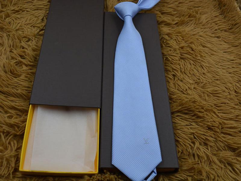 Il nuovo modo degli uomini cravatte di seta Tie Mens collo cravatta fatta a mano da festa di nozze Lettera ricamo della cravatta 11 di affari di stile Cravatte Twill con box V11