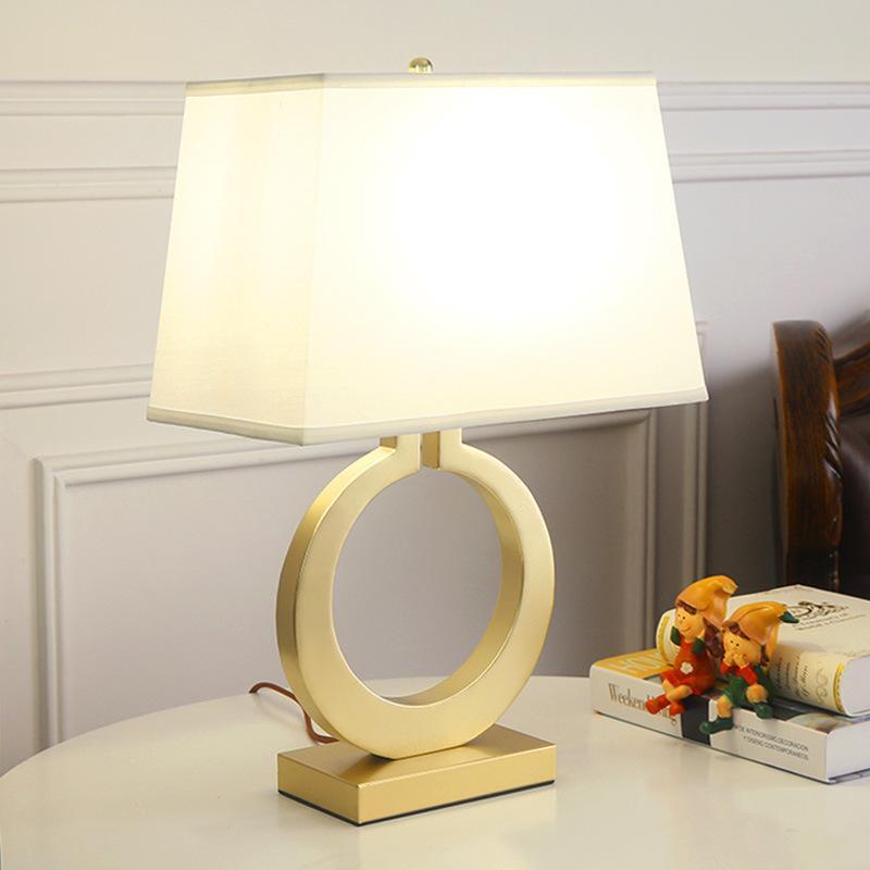 유럽 창조적 인 레트로 램프 라이트 럭셔리 침실 침대 옆 램프 장식 따뜻한 철 연구 천 미술 간단한 골든 램프