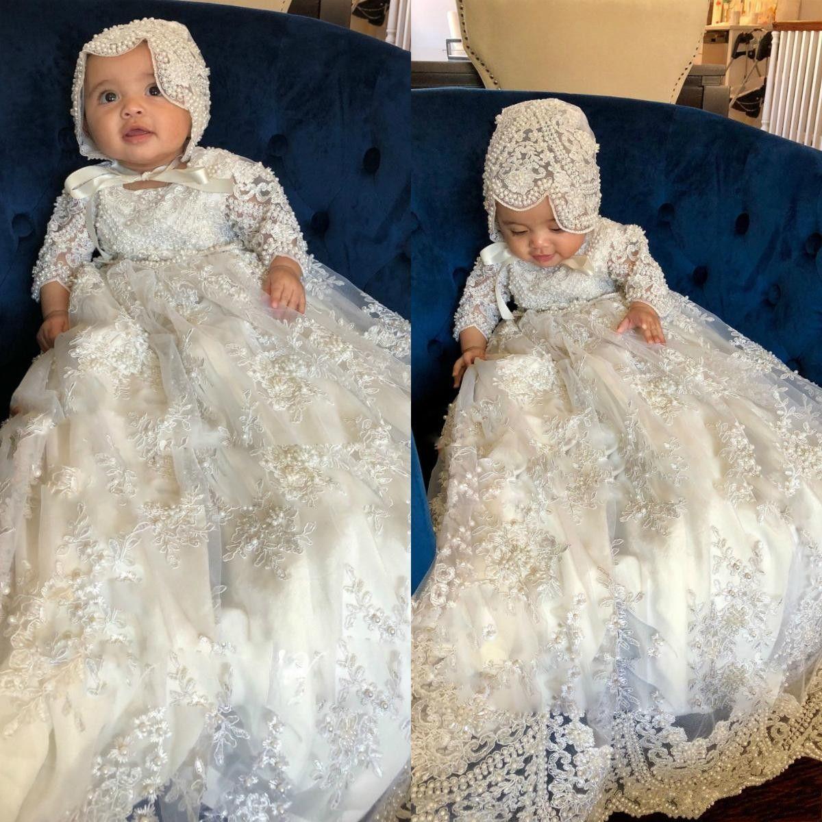 Bonito 2019 Manga Longa Vestidos de Baptizado Para O Bebê Meninas Lace Appliqued Pérolas Batismo Vestidos Com Bonnet Primeiro Vestido de Comunicação