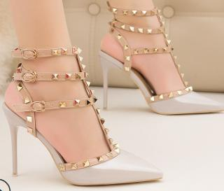 Hot 2020 Fashion New Lady Stiletto Heels cuir verni creux Goujons métalliques Sandales mode romaine