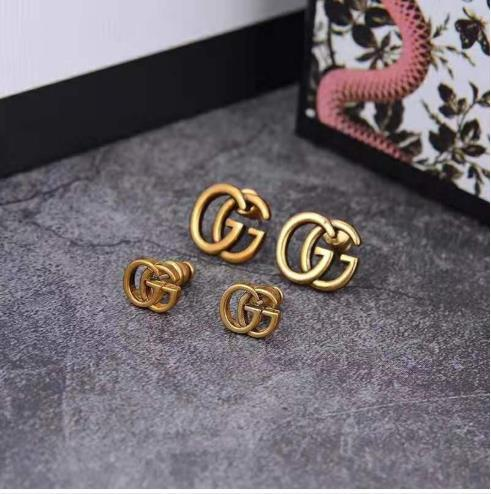 The new style is selling classic alphabet stud earrings, which are popular and stylish
