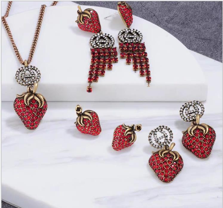 2019 trendy Erdbeere retro Ohrring Halskette Ring personifizierte Weinlese-Halskette
