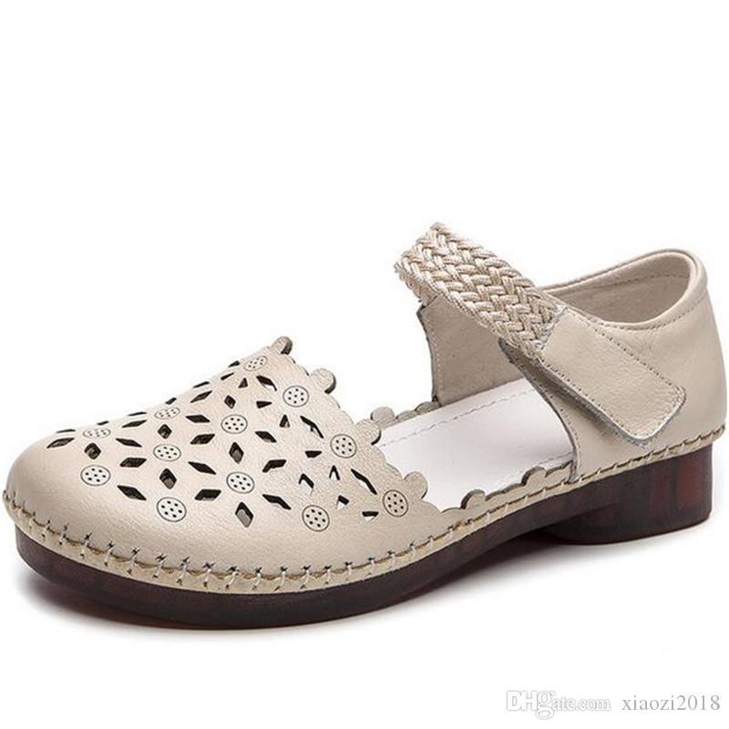 Famoso 2020 capa di strato scarpe di vacchetta Hole Estate Sandalo Madre sandali di modo di estate sandali di pelle casual Comfort sandali piani eleganti