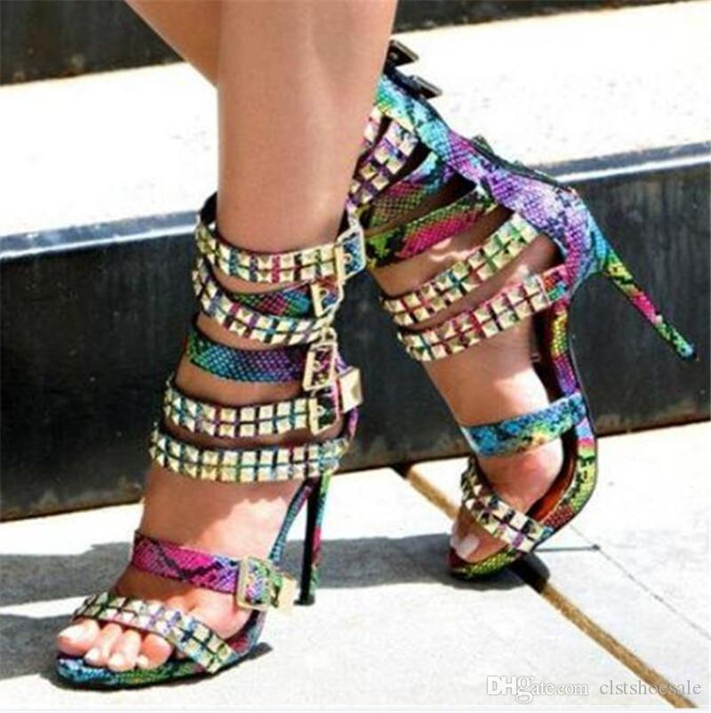 Yeni Moda Kadınlar Burnu açık Altın Perçin Stiletto Topuk Gladyatör Sandalet Kayış Tokaları Yüksek Topuk Sandalet Parti Elbise Ayakkabı
