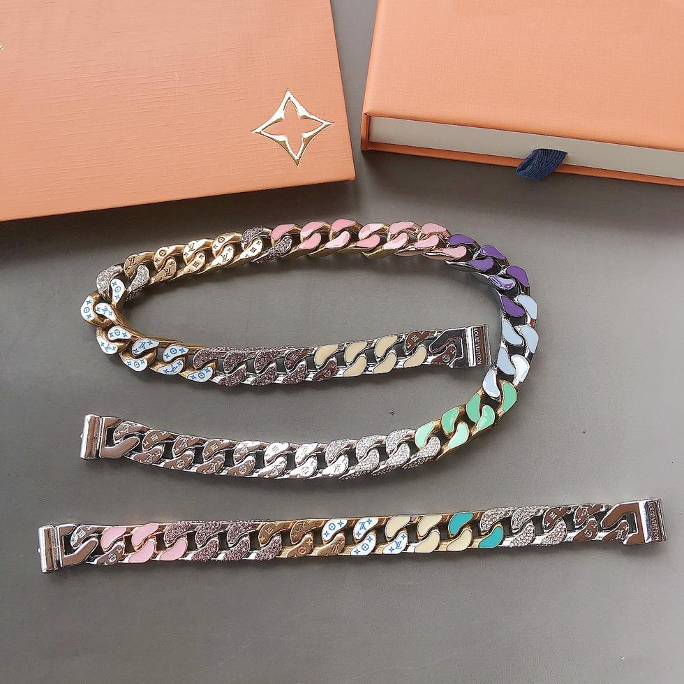 أوروبا أمريكا أزياء الرجال التيتانيوم الصلب منقوش V الأحرف الأولى الملونة المينا الماس 18K الذهب سميكة سلسلة مجموعات سريعة صابوني قلادة سوار