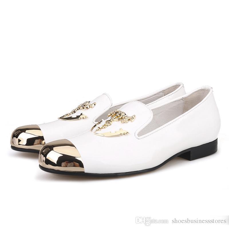 Le dita dei piedi in metallo e cranio del metallo fibbia mocassini brevetti pantofole in pelle somking uomini scarpe da festa e abito da sposa Uomini