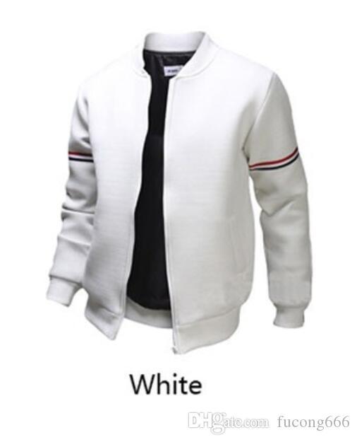 Der Mantel der zufälligen Bomberjackenmänner der Modemarke im Freien