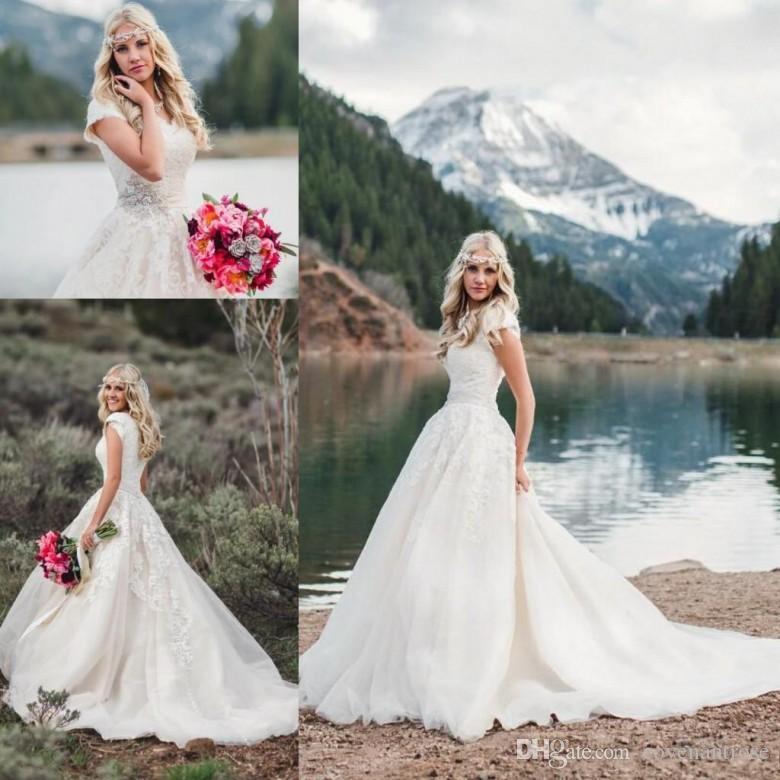 2020 V Neck Pizzo Abiti da sposa modesto con maniche corte di cristallo Cintura cappella treno Beach Paese sposa Ragazza sopra abiti di nozze
