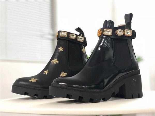 Donne Designer Shoes Martin Desert Boot Fenicotteri Amore Freccia reale scarpe di cuoio Medaglia Coarse antisdrucciolevoli delle donne Inverno Dimensioni US5-11fbca #