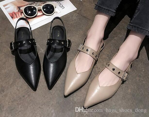 O metal cravado das mulheres novas da forma afivelou sandálias flat-soled