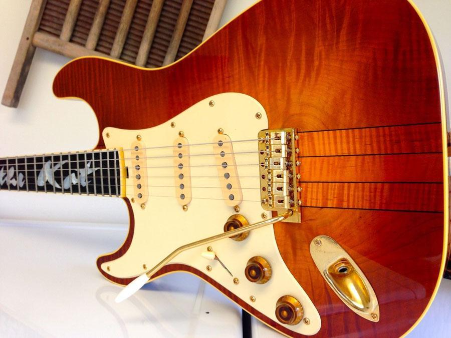 Guitare électrique de haute qualité, guitares de meilleure qualité, couture au cou strat, corps d'érable Falmed Solder, guitare gaucher gauchée