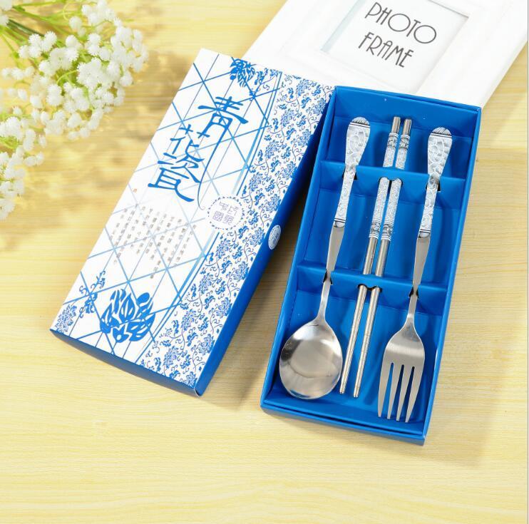 Acero cubertería de acero de tres cucharas conjunto de azul y blanco porcelana palillos horquilla caja de regalo conjunto de pequeños regalos 6688