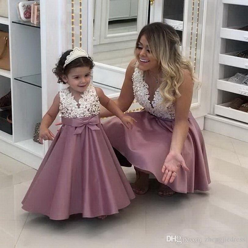 Mãe de cetim Flower Girl pérolas Lace Applique vestido Moda A-Line e filha mini vestido do bebê Vestidos V-Neck mangas Primeira Comunhão