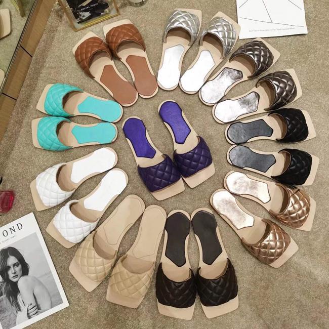 2020 Verão 10 cores O mais recente couro fosco chinelos de couro de luxo verificado mulheres calçam mulheres abertos dedos Sandálias de salto plana sapatos de praia 6-42