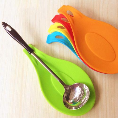 1pc Spatola Strumento Cucchiaio Mat Eggbeater gadget da cucina supporto del piatto di cuscinetti di silicone Tabella accessori della cucina della casa colore casuale Nuovo