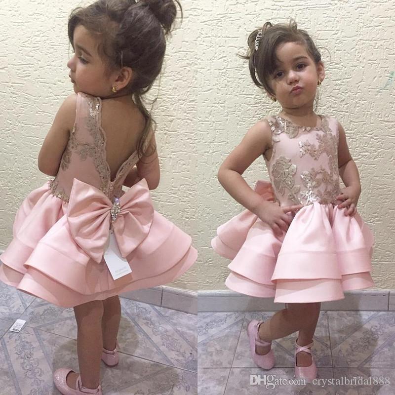 Nouveau Belle Princesse Fleur Filles Robes Jewel Neck Dentelle Appliques Sans Manches Satin Grand Arc Court Court Mini Anniversaire Enfant Fille Pageant Robes