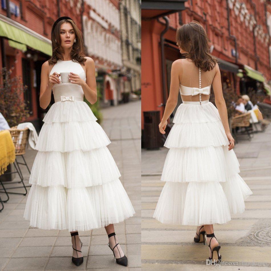 De longitud de té vestidos de boda blancos con gradas del cuello de la joya de tul una línea sin mangas de la playa vestidos de boda atractivo corto Backless Jardín Vestidos de novia