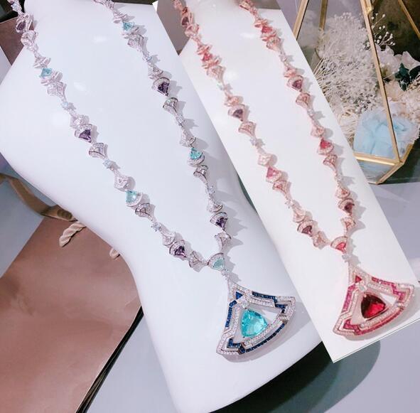 أوروبا أمريكا سيدة النساء أزياء لون النحاس الأحجار 18K الذهب القلائد الطويلة مع الجوف خارج وضع الماس الأحمر / الأزرق الزركون قلادة مروحة