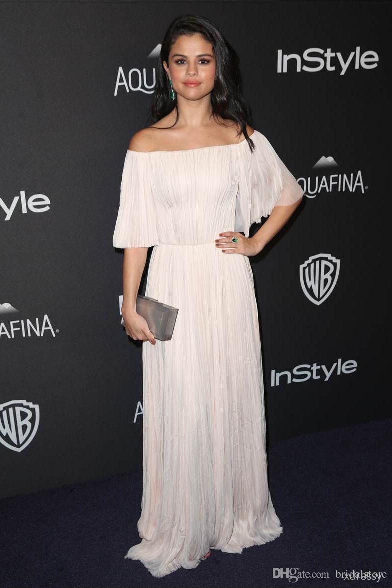 Selena Gomez Ivory Caped Abiti da ballo lunghi 2019 Bateau Maniche corte Piena lunghezza Pieghettato Celebrity Abiti da sera Economici Boho prom dressess