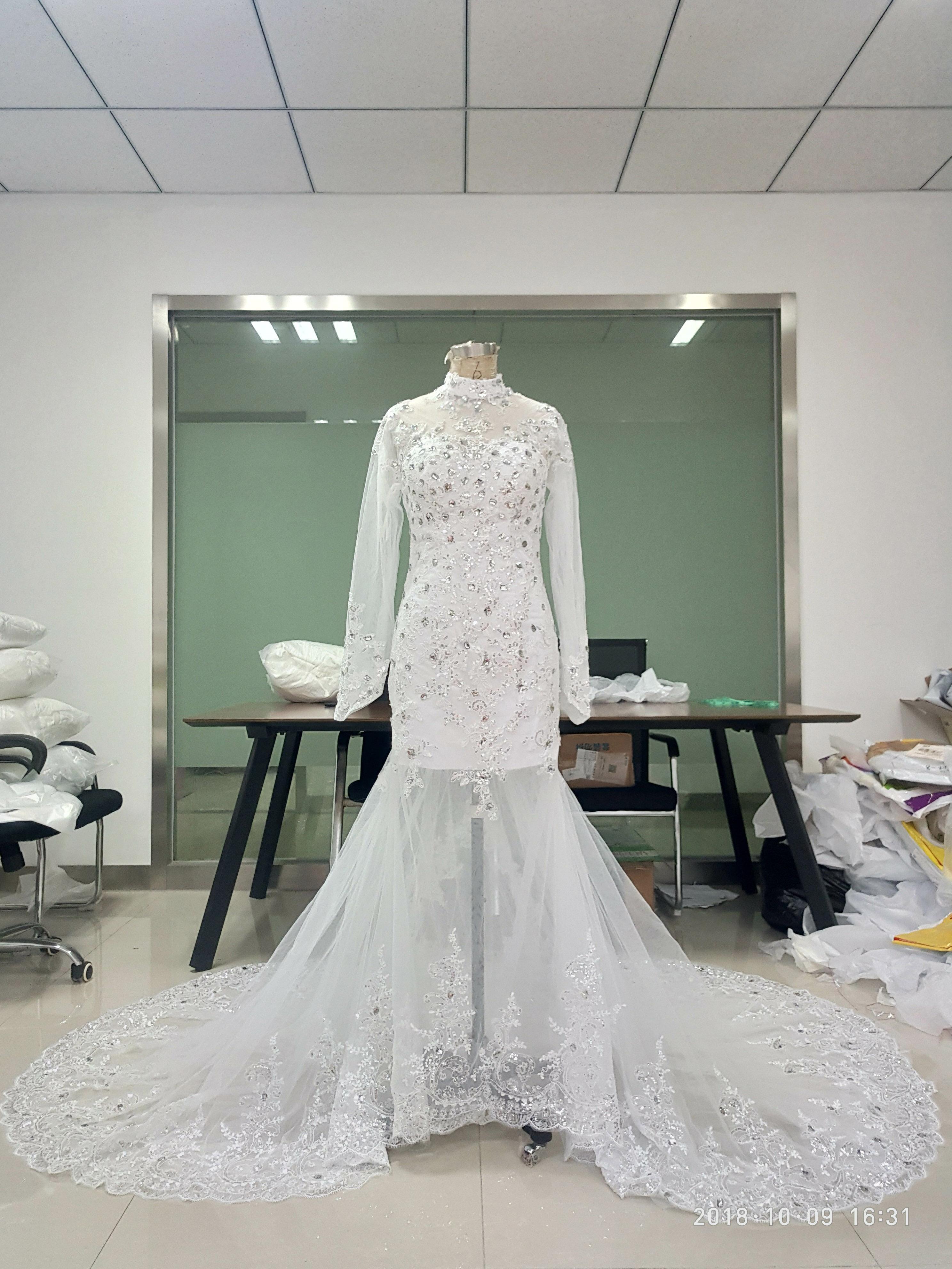 En stock col montant robes de mariée avec l'illusion à manches longues sirène Cristal Perle Dentelle Tulle Robe de mariée Appliques avec See Through Retour