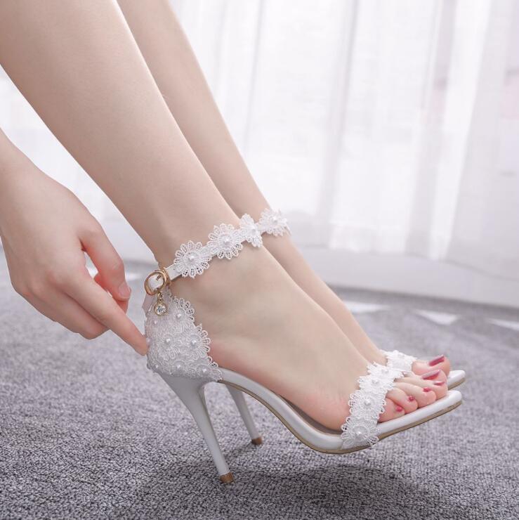Las mujeres zapatos de boda de la perla de encaje fino de tacón alto de las flores blancas de novia sandalias de verano sandalias de punta abierta de la hebilla