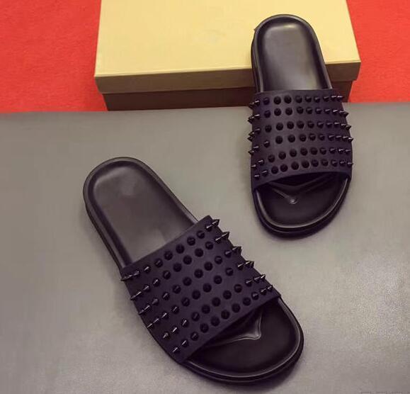 뜨거운 판매 - 새로운 여름 럭셔리 남자 블랙 가죽 스파이크 레드 하단 샌들 슬리퍼 실내 / 야외 슬리퍼 패션 샌들