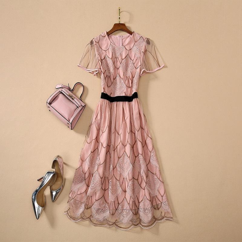 Europäische und amerikanische Frauen tragen 2020 neue Art des Sommers Kurzarm Rundhals Spitze Stickerei Modische rosa Kleid