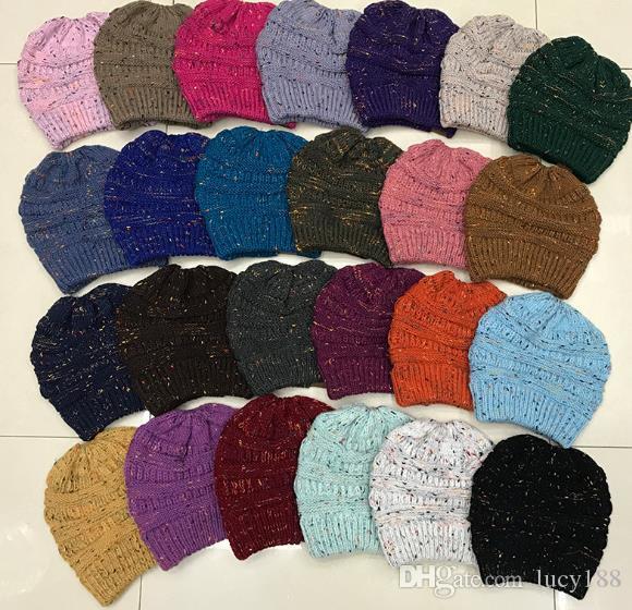 inverno de 2019, o novo padrão com a moda aponta fio de rabo de cavalo chapéu atacado chapéu de tricô vazio para se aquecer
