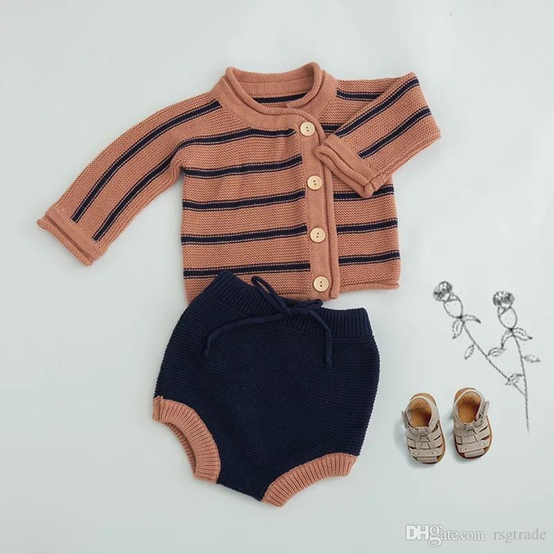 중앙 INS 최신 아이 소년 소녀 스웨터 Clothng 세트 라운드 칼라 경사 버튼 줄무늬 가디건 스트랩 반바지 2 조각 정장