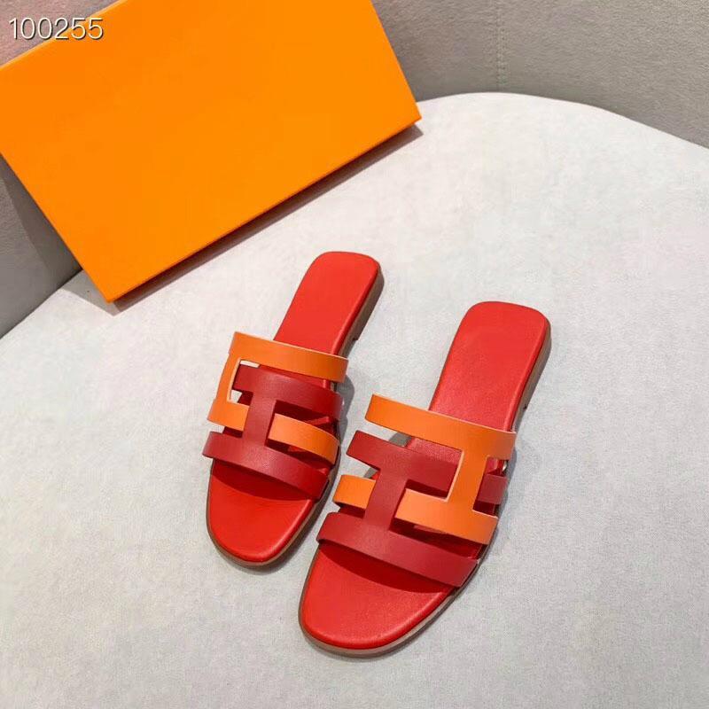 Designer cursori donne Nuovo disegno di vibrazione di estate di cadute di pistoni piani sandali della spiaggia arco di cristallo Rivet moda Scarpe