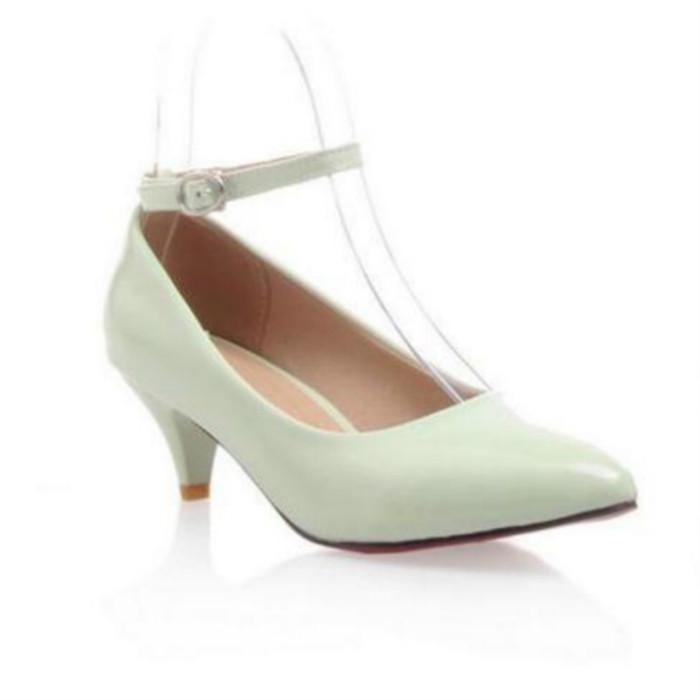 La nueva moda de verano 2020 zapatos de tacón alto versátil señaló la boca baja mujeres con un par de zapatillas para el banquete de bodas