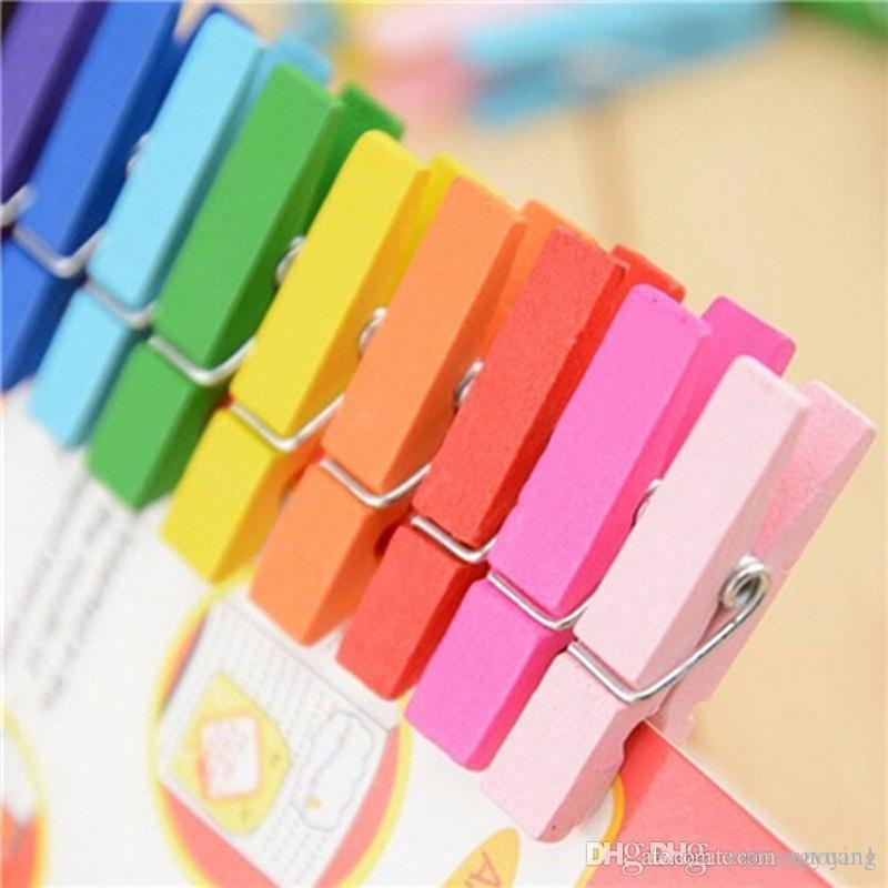 100pcs Clips colorés de papier en bois Qualité Mini couleur Clips en bois décorations en papier photo pour les cartes printemps Clips message