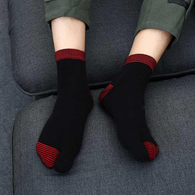 2 pares de calcetines de algodón de los hombres 2 Toe Calcetines Yoga nuevo diseño de estilo japonés fracaso de tirón de la sandalia del dedo del pie de Split Tabi de color gris blanco y negro
