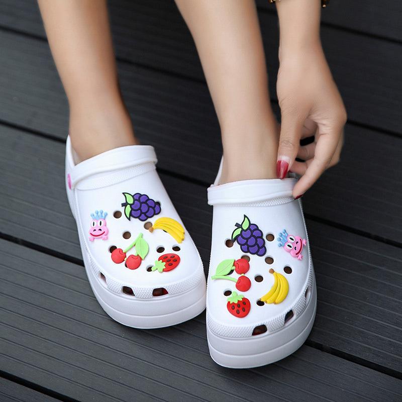 Verano Las mujeres de Croc Plataforma zuecos jardín sandalias fruta de la historieta zapatillas sin cordones para la niña Playa zapatos de moda al aire libre diapositivas T200322