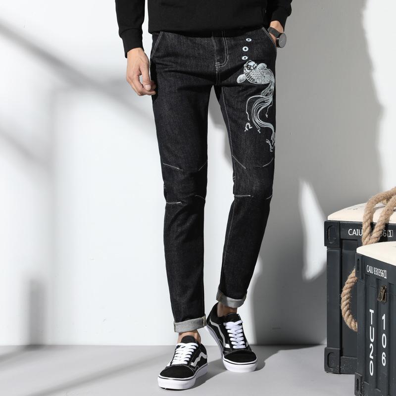 Hommes jeans 2019 nouveaux produits Saison Vêtements pour hommes Broderies Carpe Elastic Force Jeunes Pantalons skinny tide pour hommes