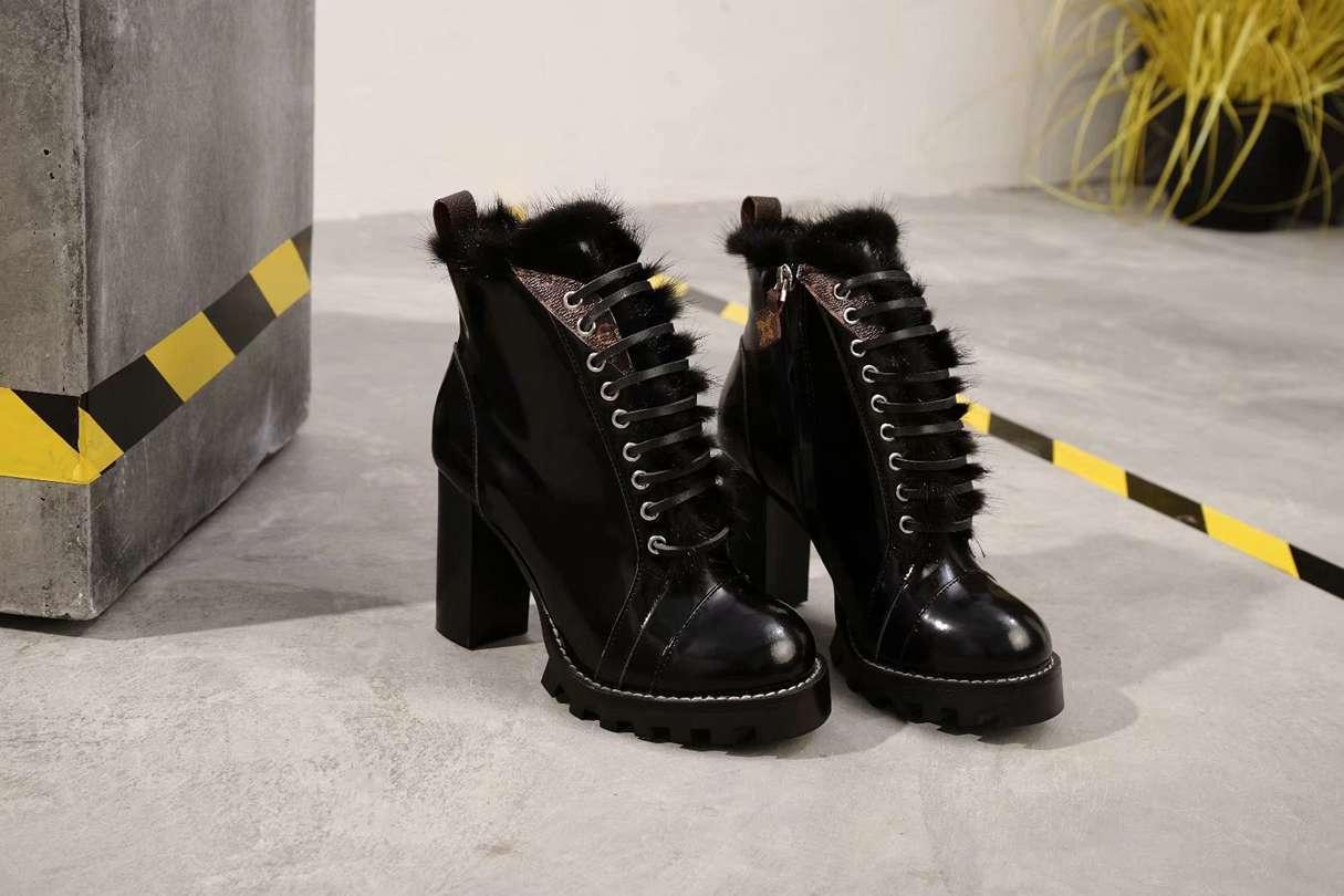 جلد أسود مسمار حزام شقة قصيرة أحذية للنساء أحذية شتاء رشيق الشرير أزياء نمط الكورية