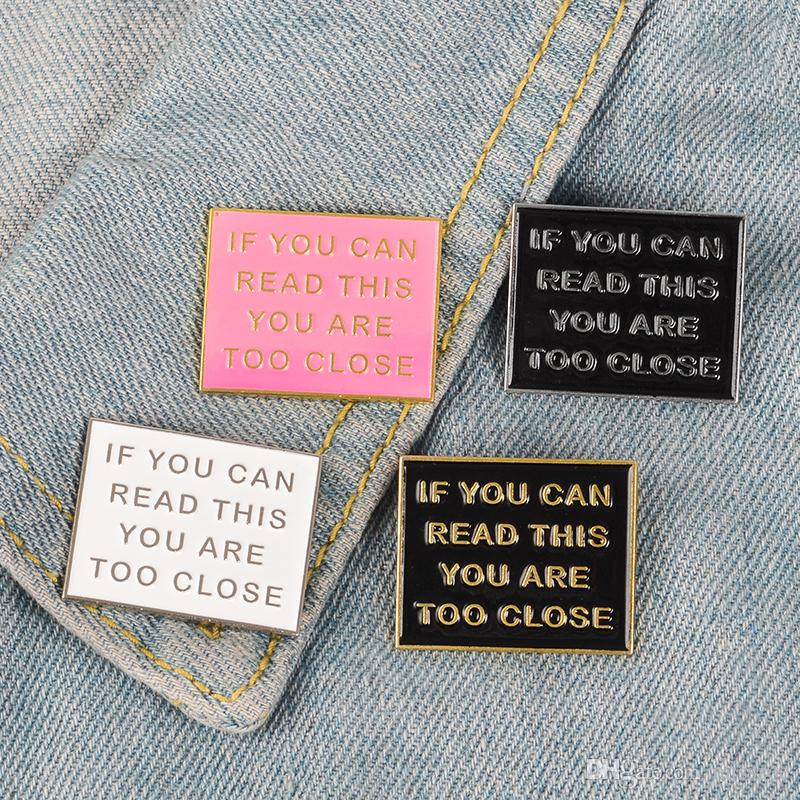 Diversão esmalte pino muito perto distintivo broche preto branco placa rosa lapela pino jeans jeans camisa saco dos desenhos animados jóias presente para amigos