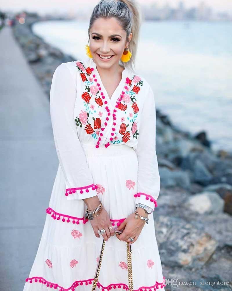 2019 V-Ausschnitt Boho inspiriert Floral bestickt Hippie weiße Sommerkleider weiß Langarm Kleid Frauen Pompon trimmen Maxi-Kleid